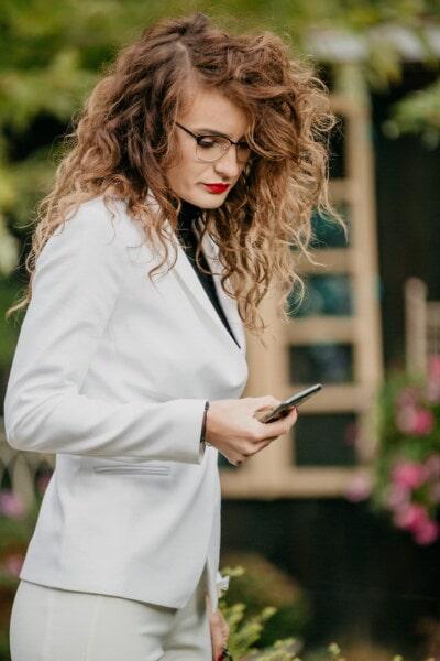 успешно, елегантна, инвентар, бизнес дама, брюнетка, мобилен телефон, хубаво момиче, червило, очила, прическа