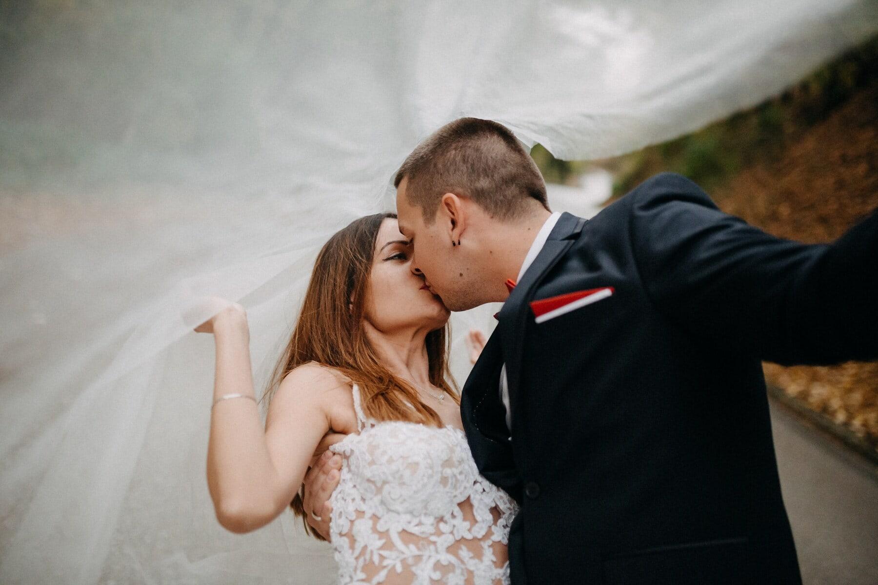 femme, mari, tout juste marié, baiser, voile, robe de mariée, en dessous, mariage, femme, la mariée
