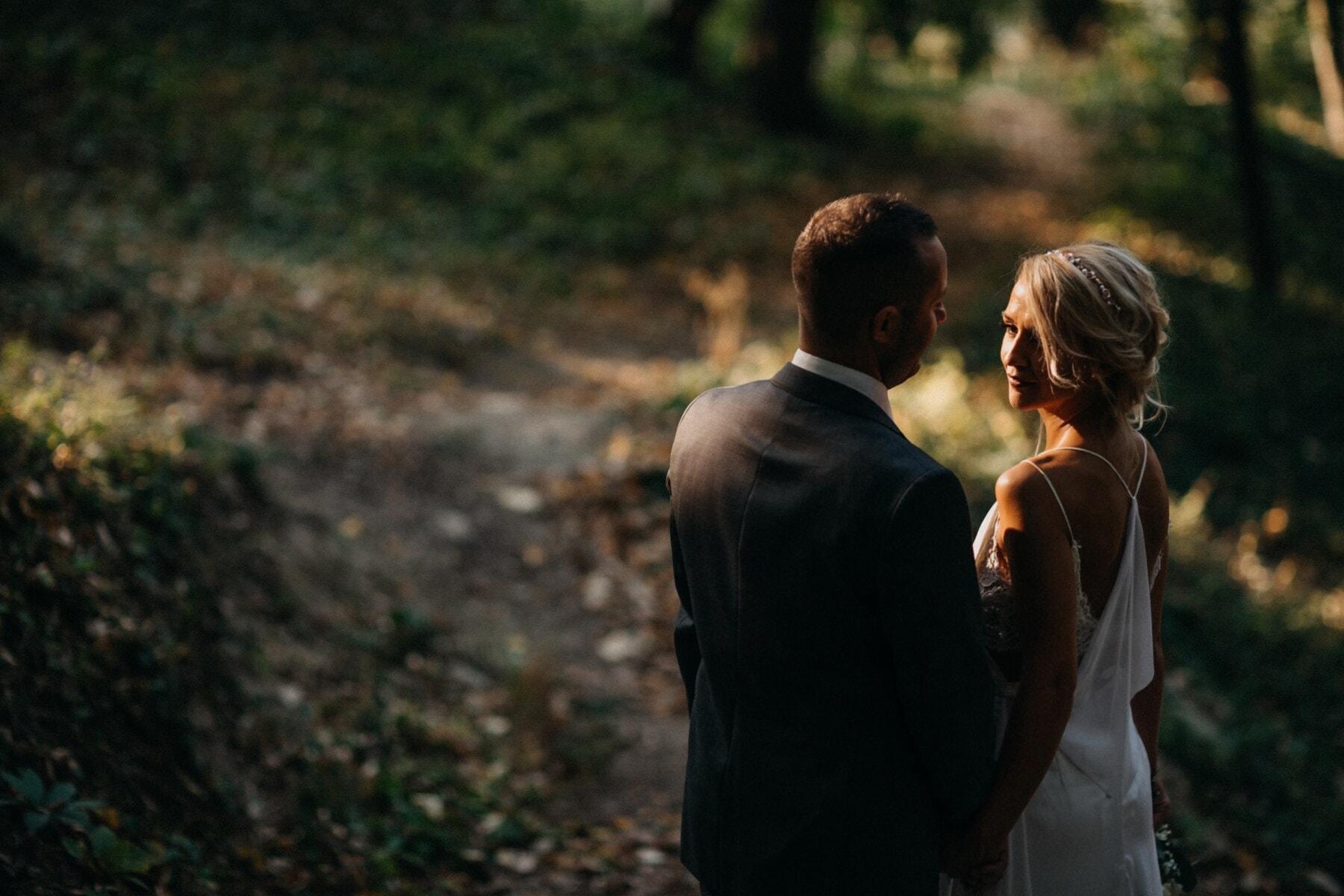 Waldweg, Liebesbeziehung, Fuß, Geschäftsmann, junge Frau, Mädchen, Liebe, im freien, Menschen, Zuneigung