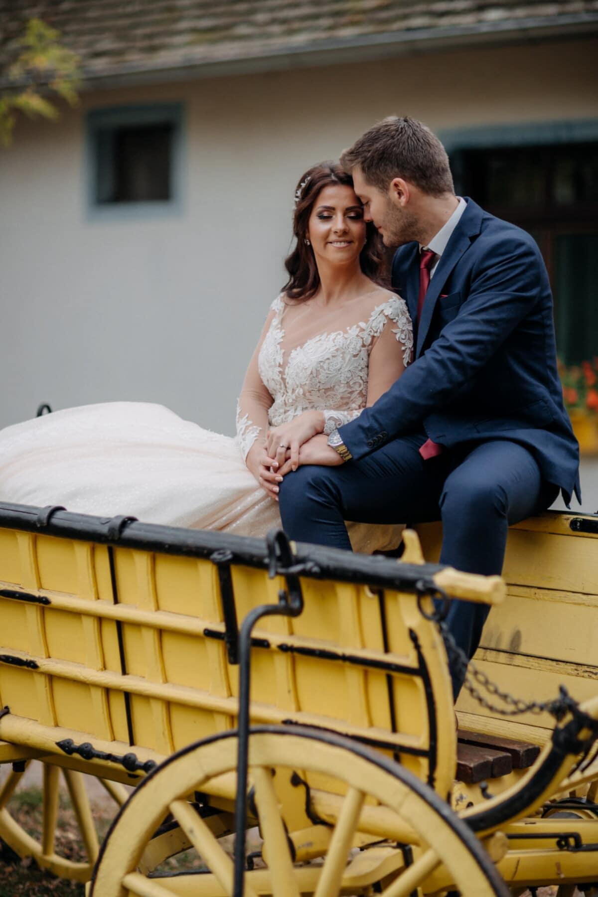 tout juste marié, assis, campagne, village, transport, ferme, arrière-cour, jeune marié, couple, femme