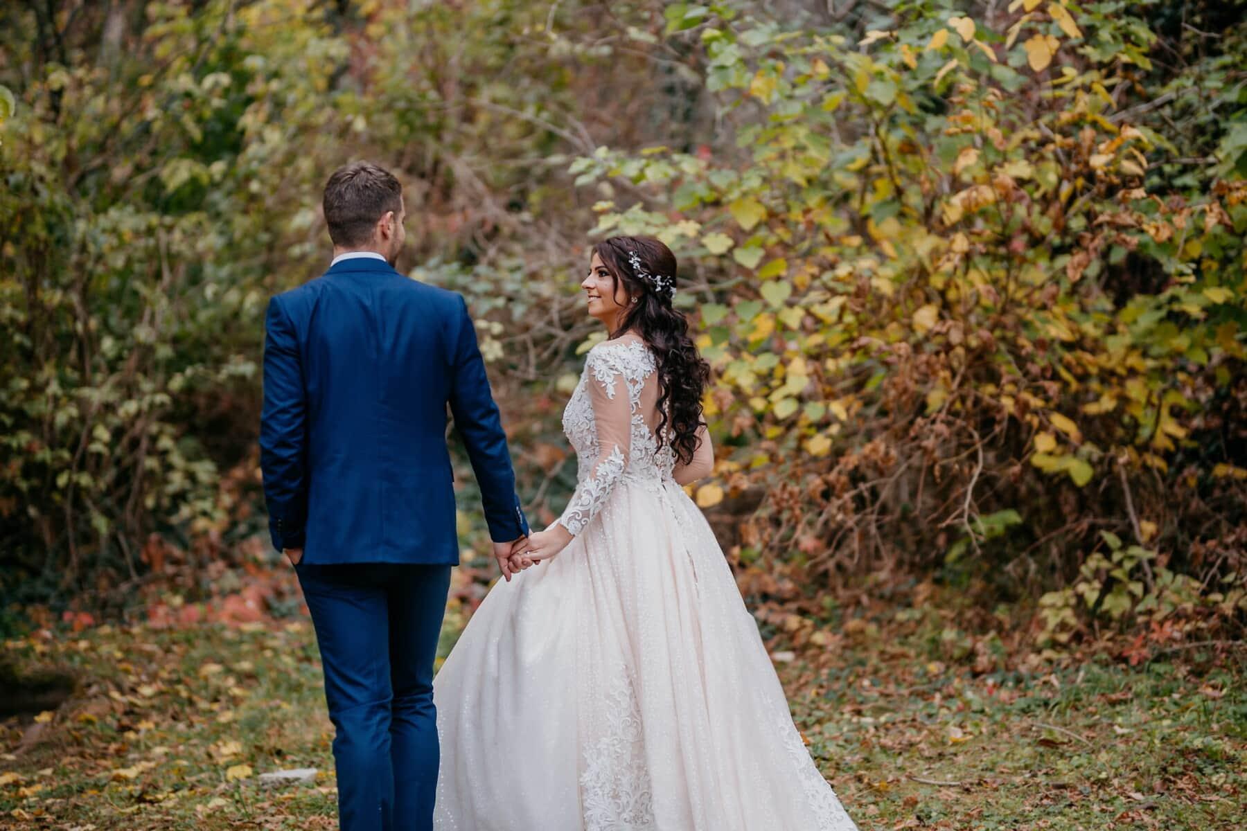jeune marié, la mariée, marche, main dans la main, sentier de la forêt, amour, mariage, robe, marié, mariage
