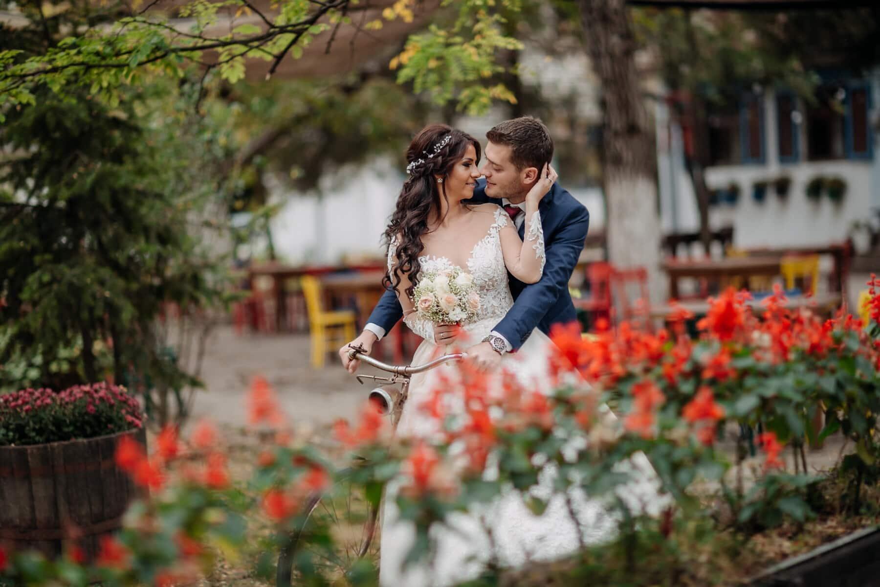 เจ้าสาว, จูบ, จักรยาน, เจ้าบ่าว, สนามหลังบ้าน, ความรัก, วิลเลจ, ดอกไม้, งานแต่งงาน, สาว