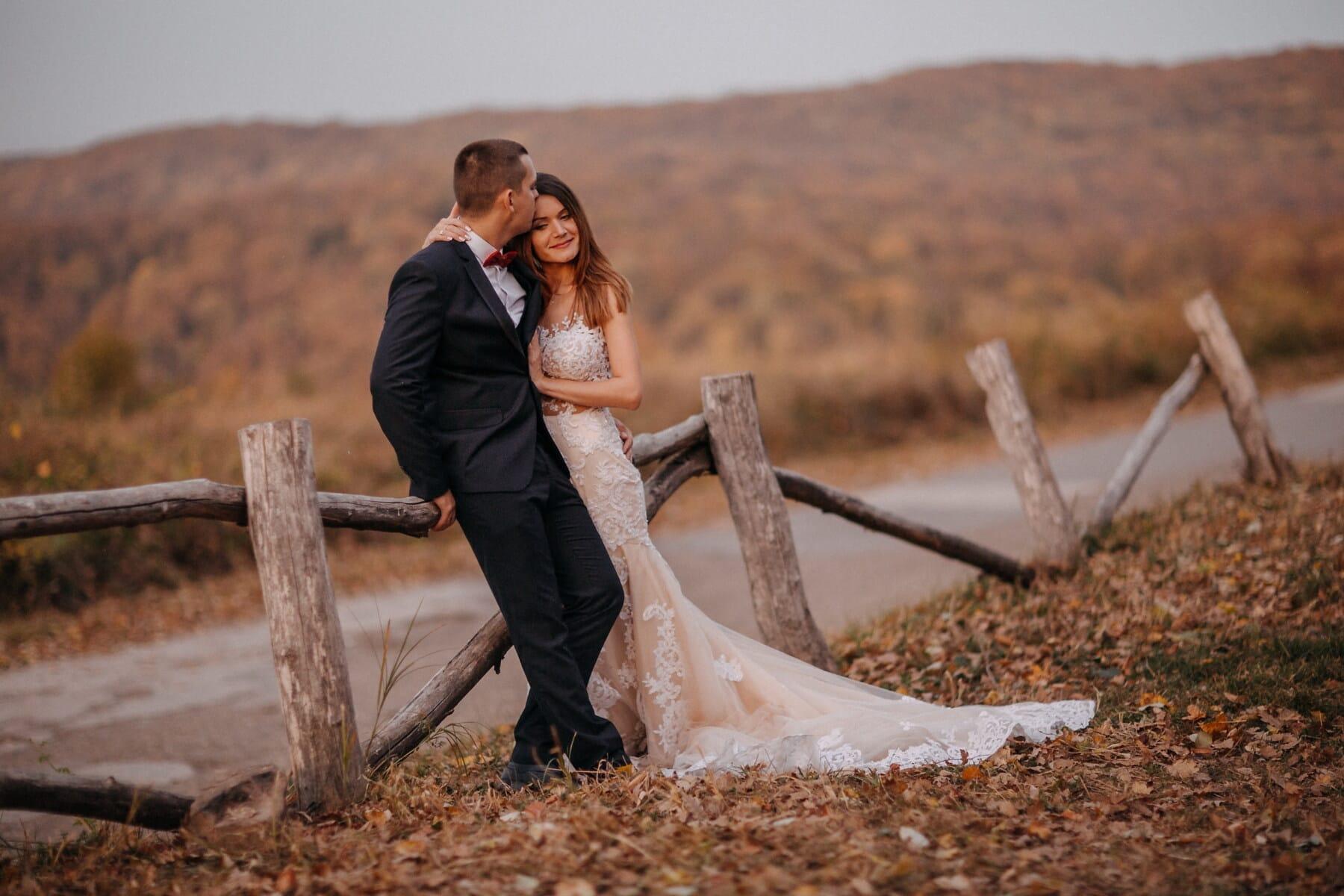ロマンチックです, かわいい女の子, 愛の日, 紳士, 女性, ハグ, 秋のシーズン, 田園地帯, 人々, アウトドア