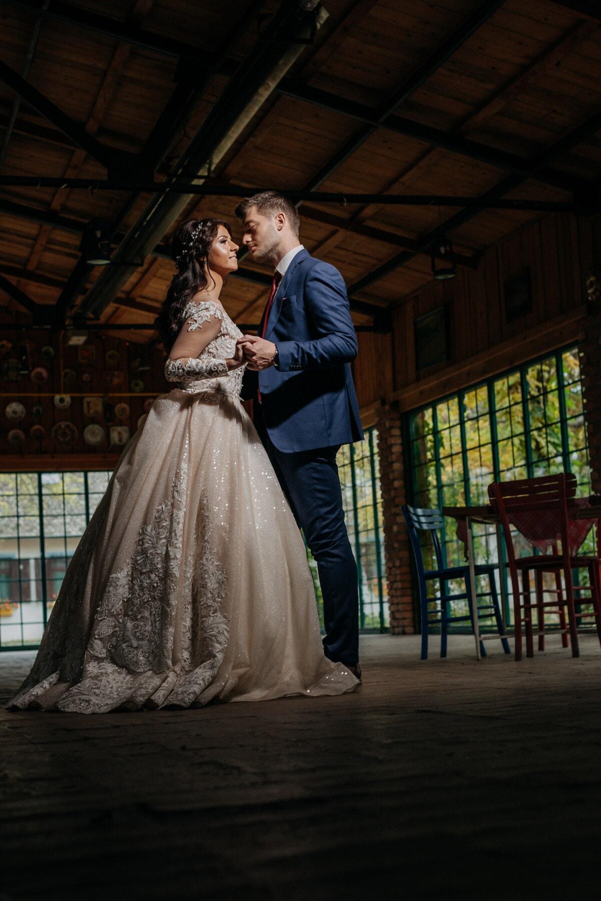 Tanz, frisch verheiratet, Braut, Bräutigam, Zuneigung, Zärtlichkeit, Restaurant, Mädchen, Hochzeit, Kleid