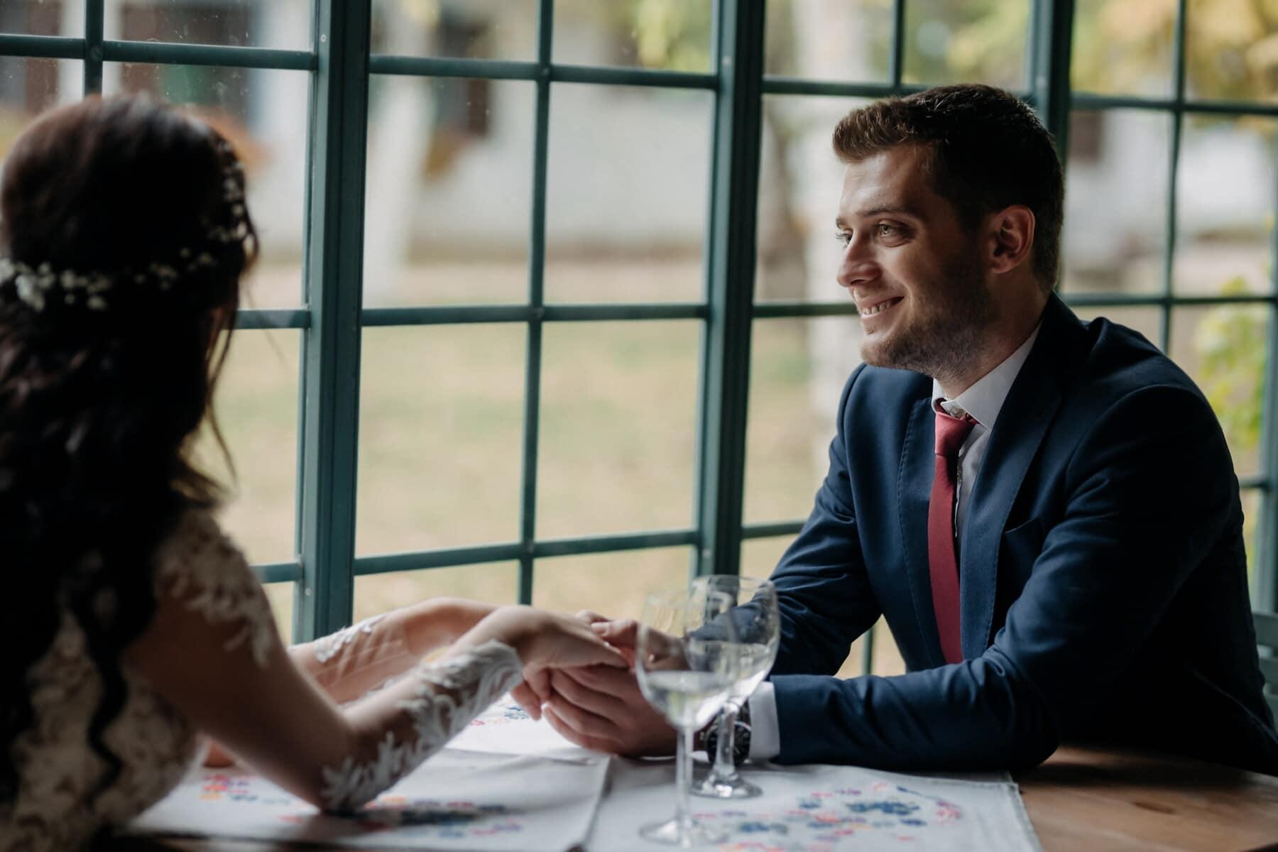 tuan, tampan, tersenyum, pertemuan cinta, berpegangan tangan, Restoran, romantis, Makan Siang, Rapat, Pengusaha