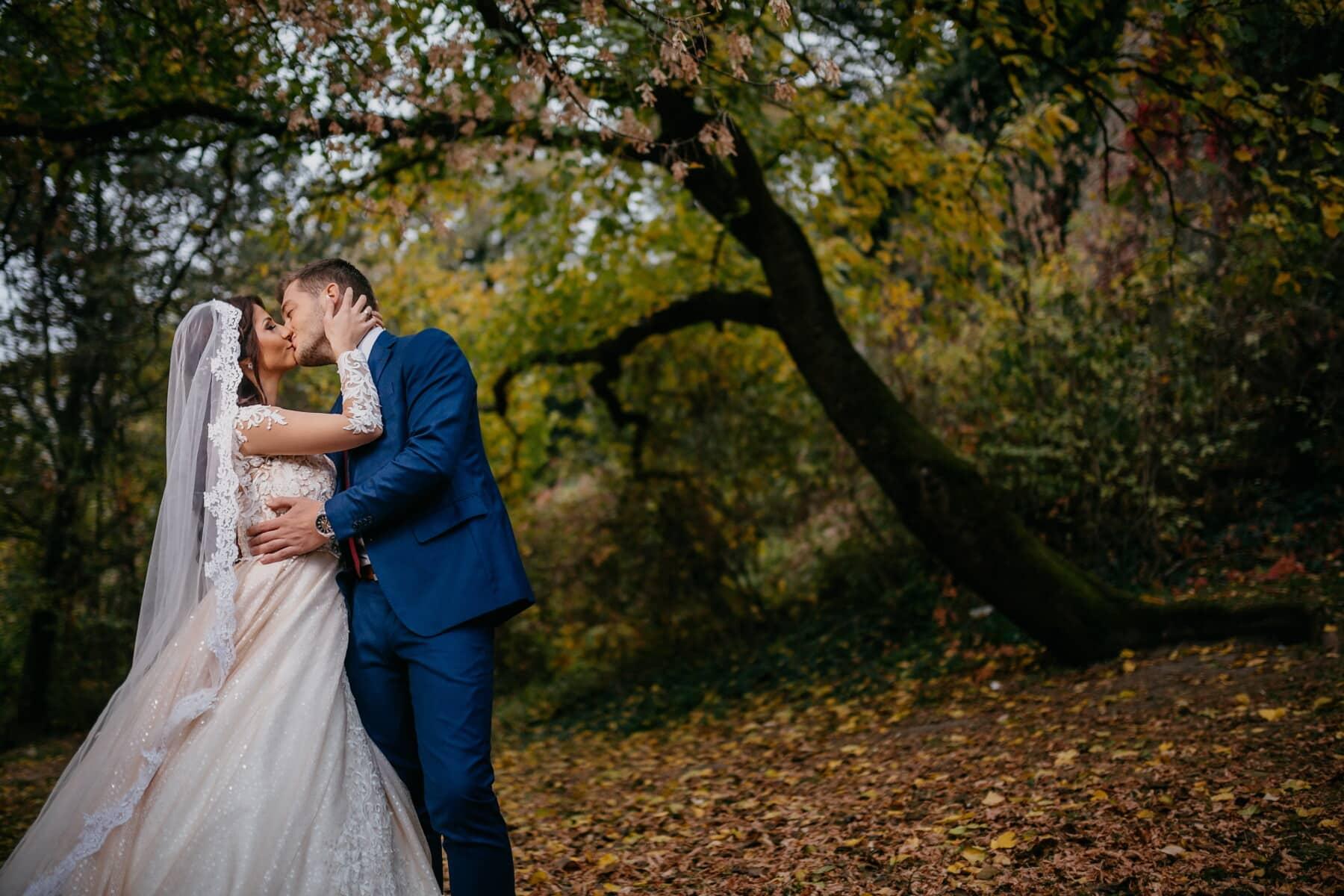 mireasa, sărut, romantice, mirele, rochie de mireasă, pădure, toamna, dragoste, logodna, fată