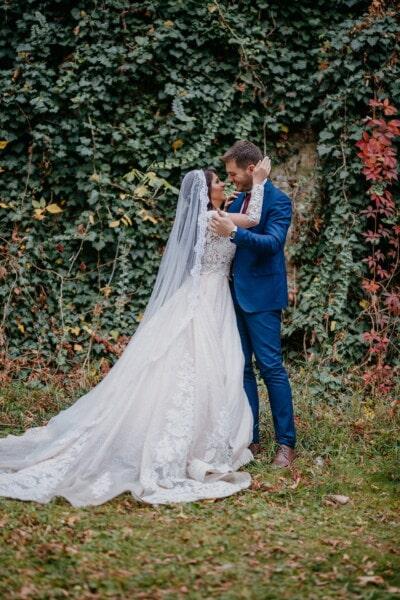 se bucură, zona rurală, tineri casatoriti, sărut, îmbrăţişarea, căsătorie, voal, mireasa, fată, dragoste