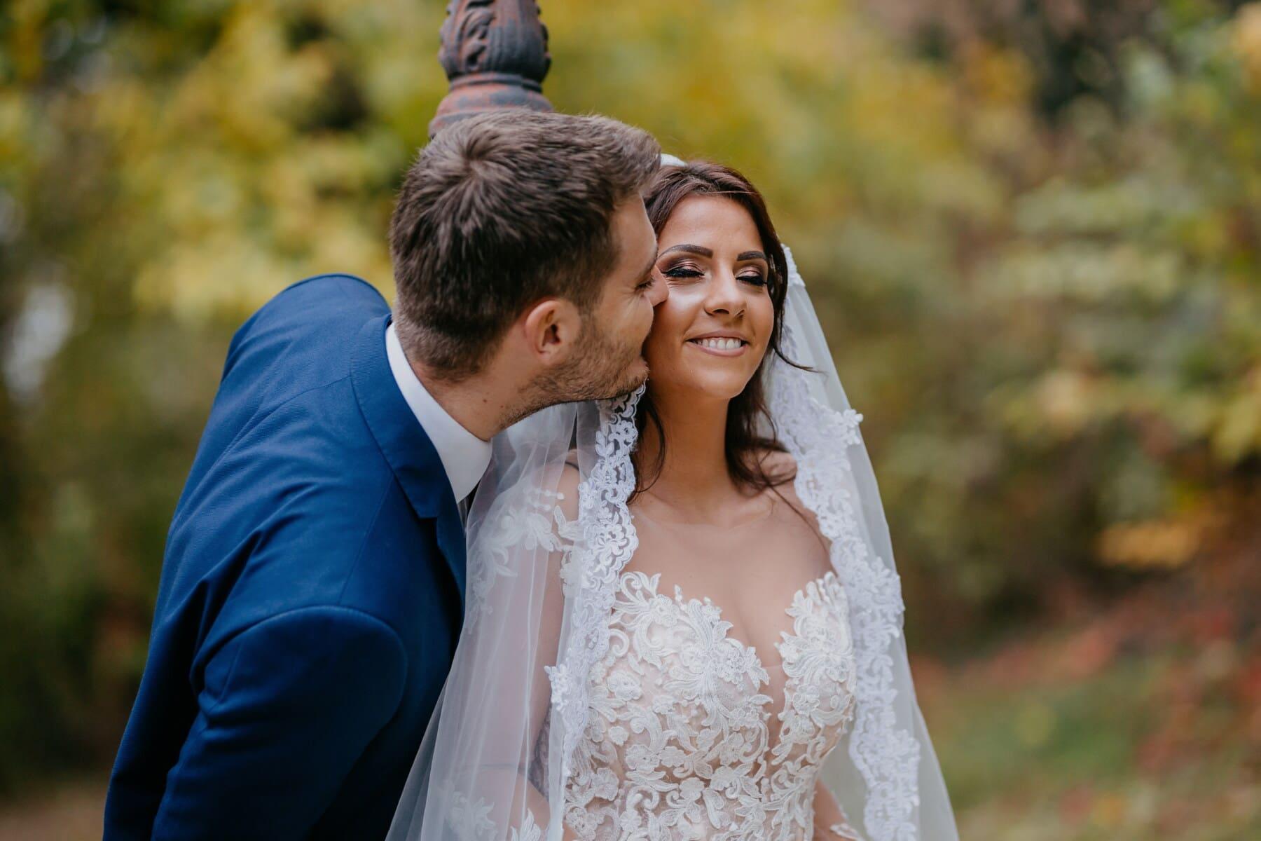 marito, moglie, bacio, novelli sposi, matrimonio, emozione, felicità, vestito da sposa, sposato, amore