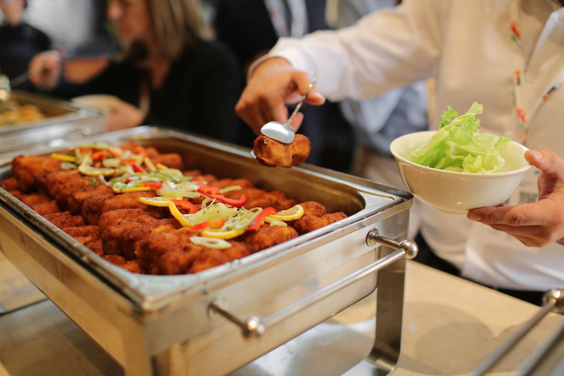 Küche, Küchentisch, Restaurant, Dienst, Servicemann, Salat, Fleisch, Salat, Mittagessen, Mahlzeit