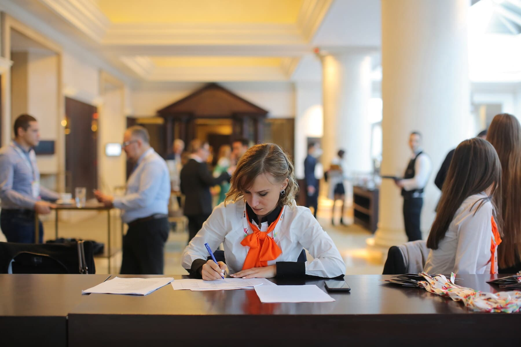 Sekretärin, Empfang, Schreibtisch, Hotel, Mitarbeiter, Servicemann, Flur, Mann, Frau, drinnen