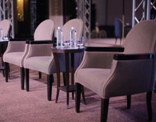Möbel, Sessel, Flaschen, Wasser, Tabelle, Wasser zu trinken, Sitz, Stuhl, Zimmer, drinnen