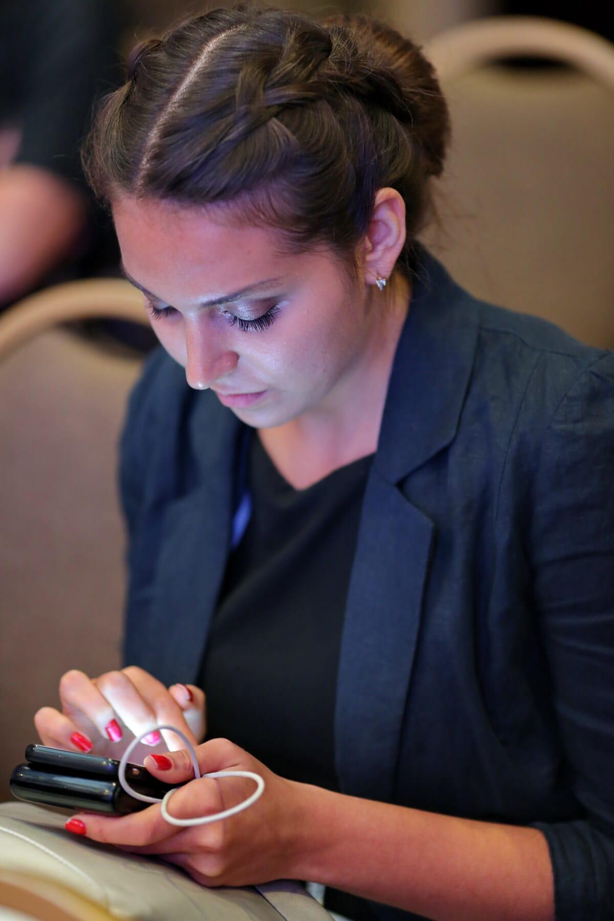 junge Frau, Mobiltelefon, halten, Konferenz, sitzen, Frau, Geschäft, Person, Anzug, Menschen