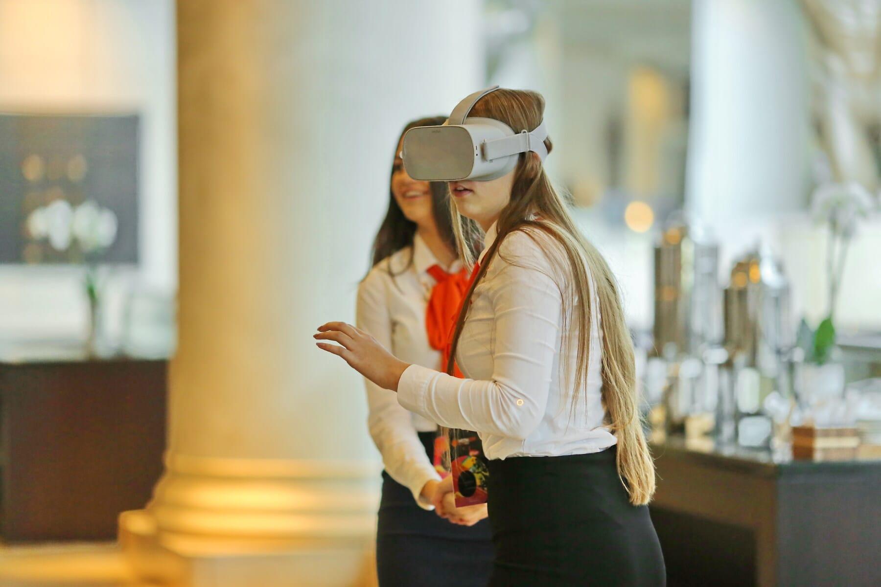 virtuelle Realität, Minianwendungen, Eyewear, Elektronik, Technologie, Mobiltelefon, Geschäftsfrau, Frau, drinnen