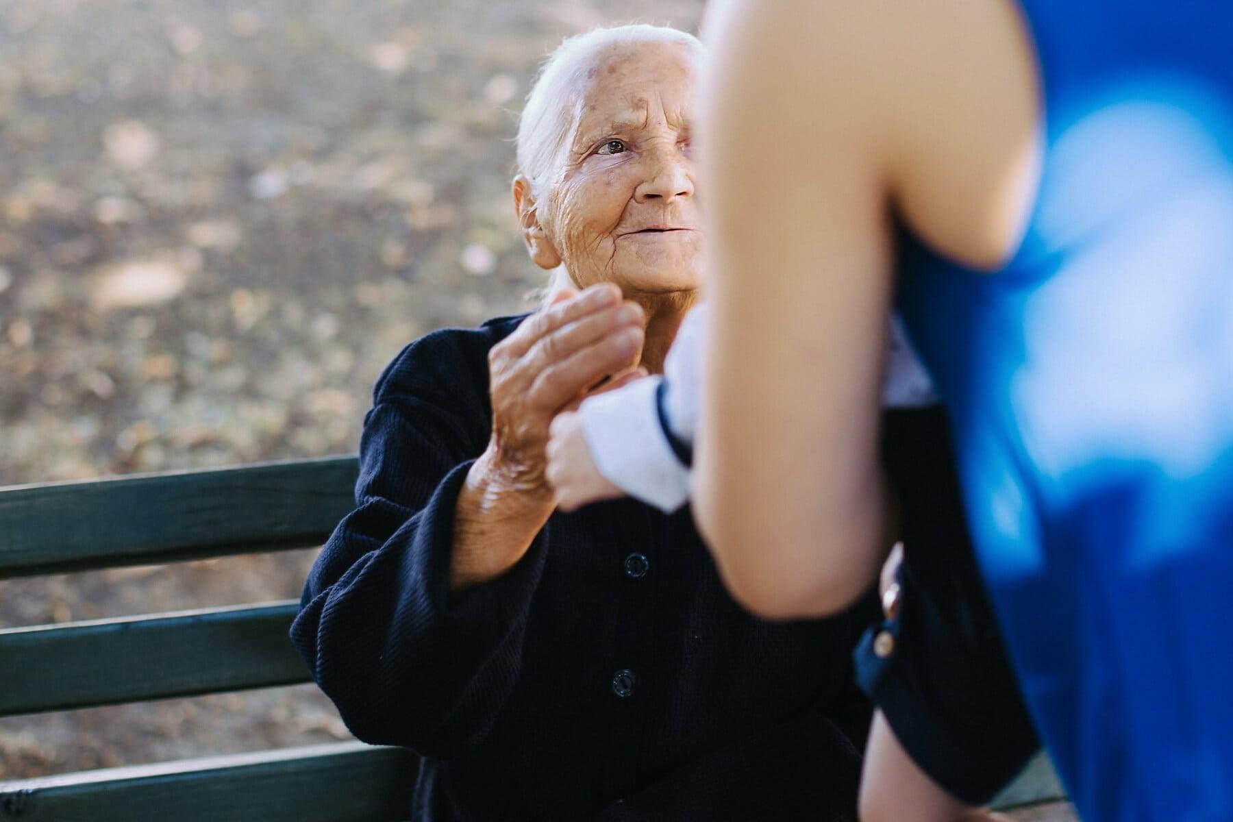 sénior, personnes âgées, mature, grand-mère, petit-enfant, bébé, femme, gens, portrait, à l'extérieur