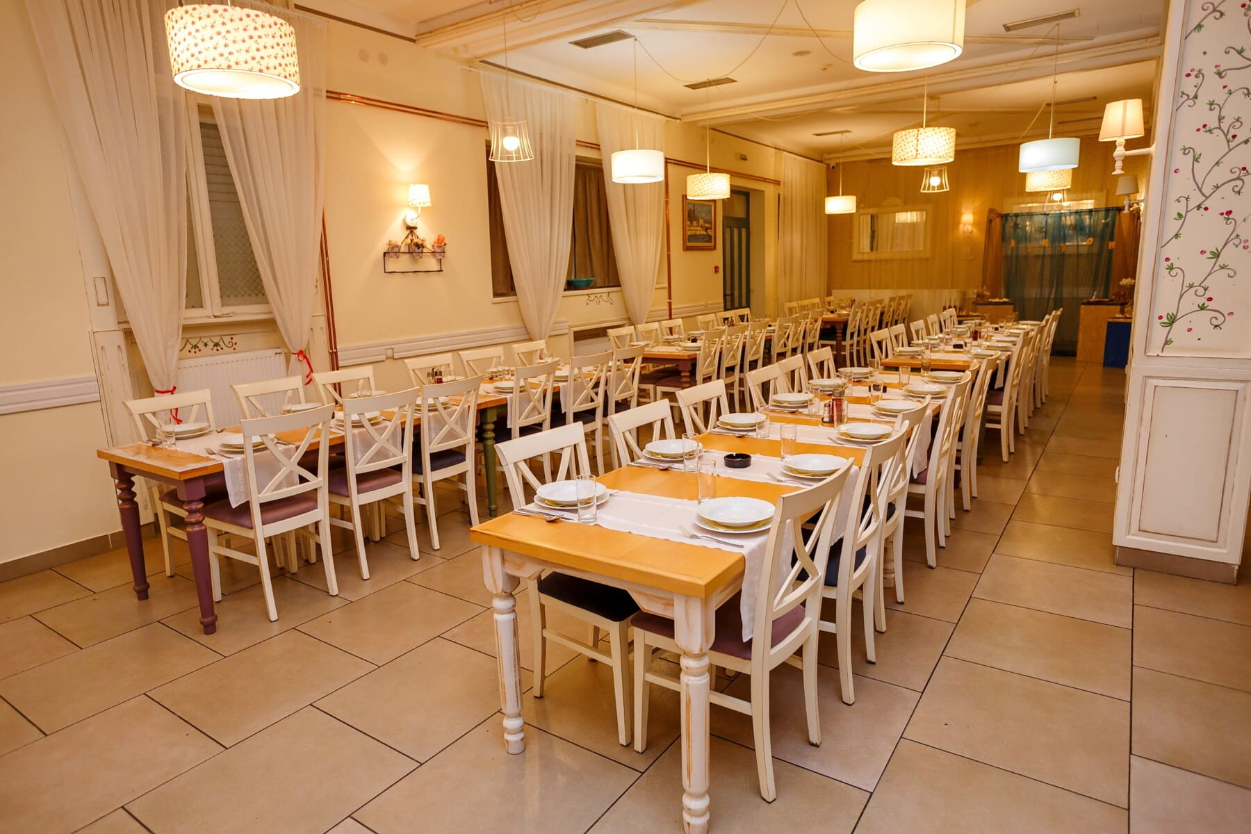 Cafeteria, Restaurant, leere, Stühle, Möbel, Tische, Lichter, Geschirr, Tischdecke, Kronleuchter