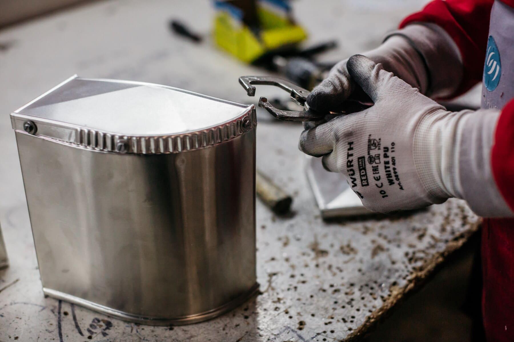 Metal, hansker, håndlaget, håndverker, rustfritt stål, håndverket, arbeideren, verksted, arbeidsplassen, arbeider