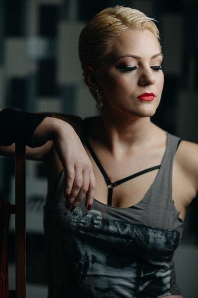 usne, dama, sjedeti, šminka, ruž za usne, plava kosa, mlada žena, poziranje, foto model, fotografski studio