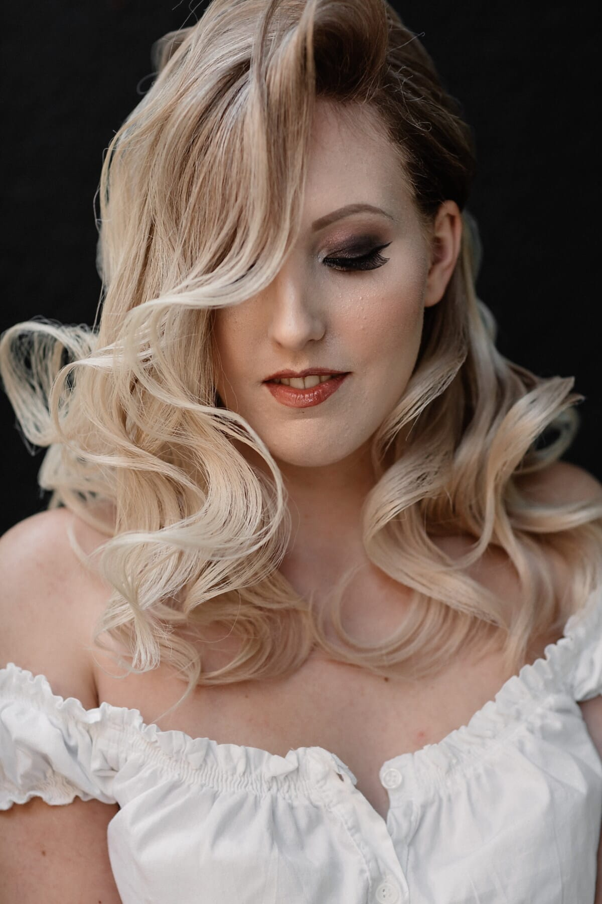 posant, modèle photo, coiffure, fermer, cheveux blonds, visage, œil, cils, élégance, joli