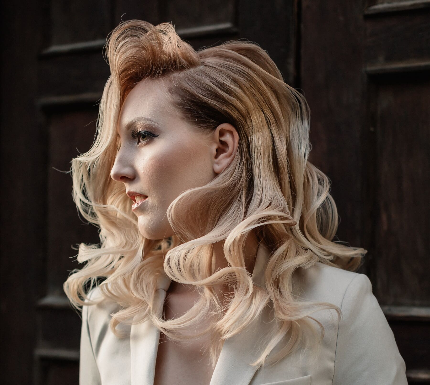 posiert, Geschäftsfrau, Blondine, Fotomodell, Frisur, Outfit, Mode, Seitenansicht, Frau, elegant