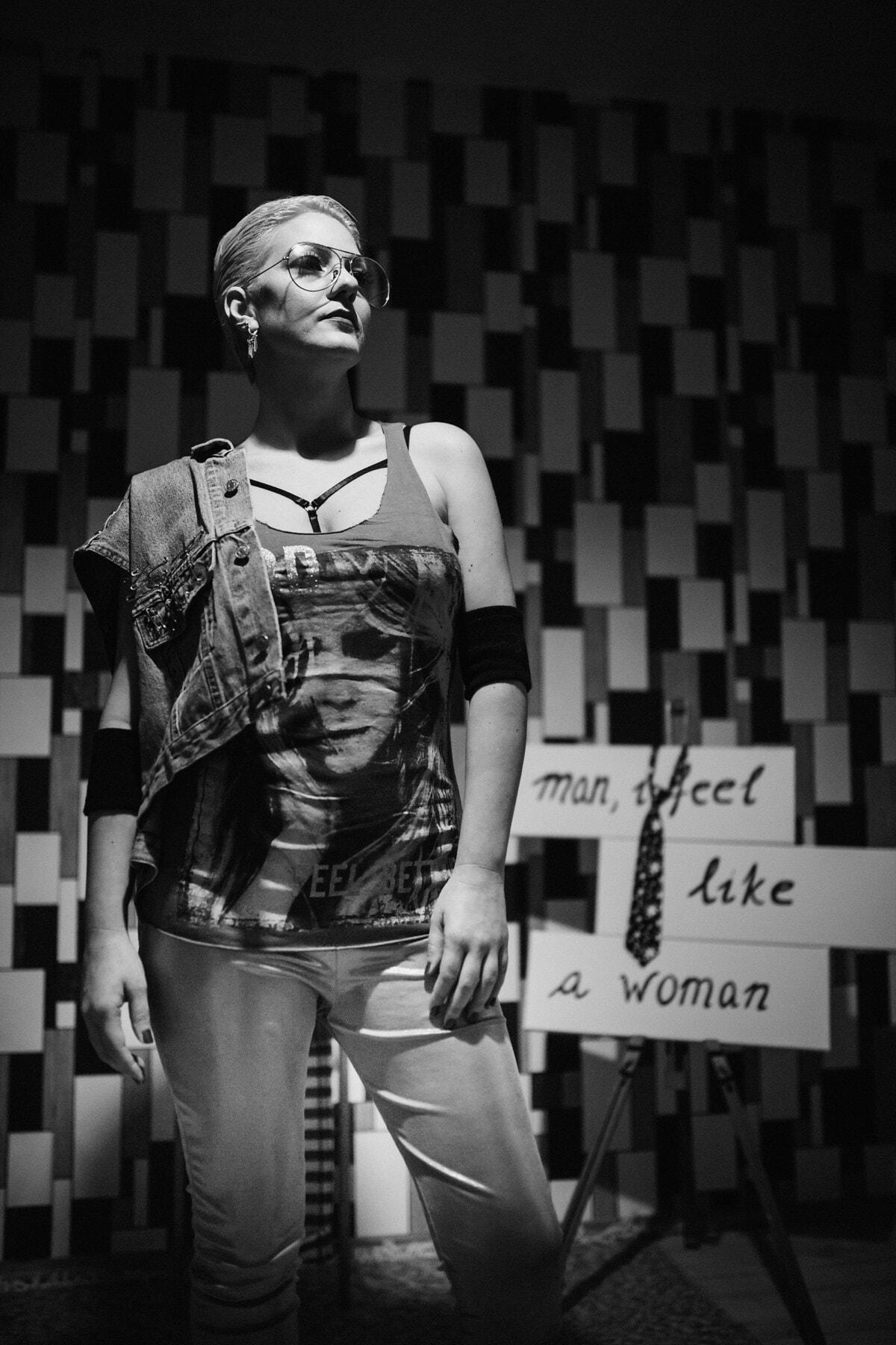 confiant, femme, debout, studio photo, posant, conception, concepteur, femme d'affaires, mode, portrait