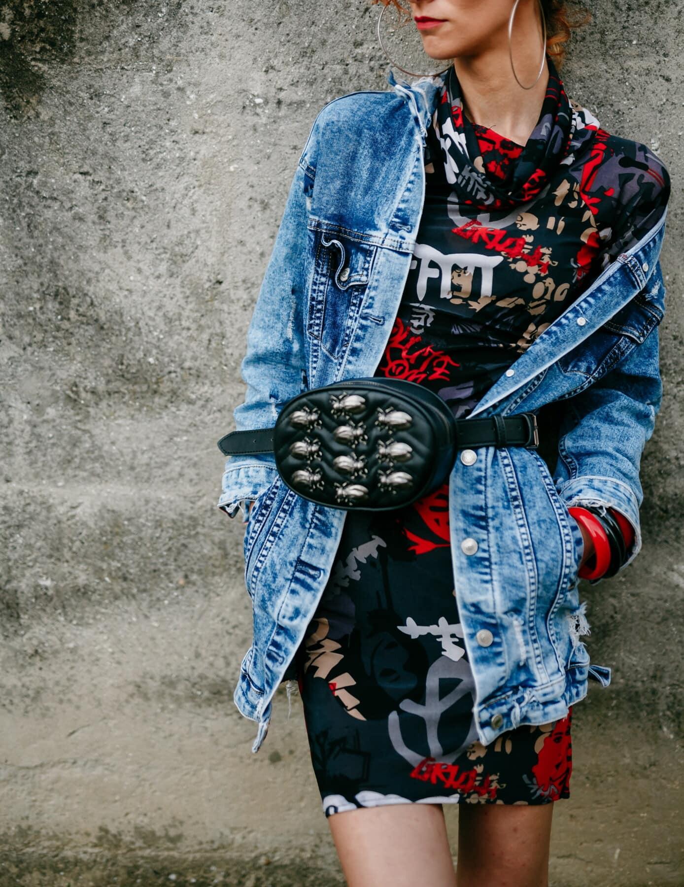 Jeans, veste, sac à main, mode, jeune femme, robe, trendy, posant, coloré, debout
