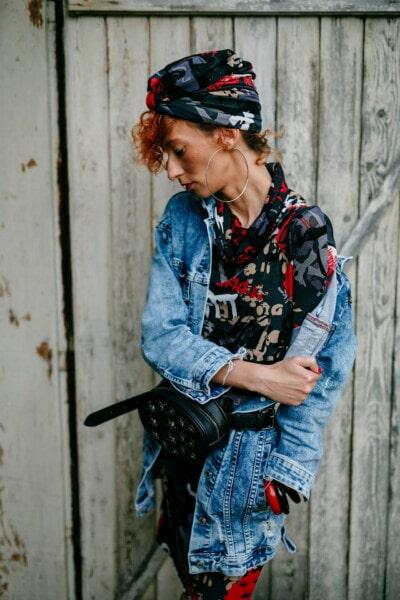 huivi, nuori nainen, trendikäs, muoti, ruskeaverikkö, farkut, takki, tyttö, muotokuva, kaupunkien