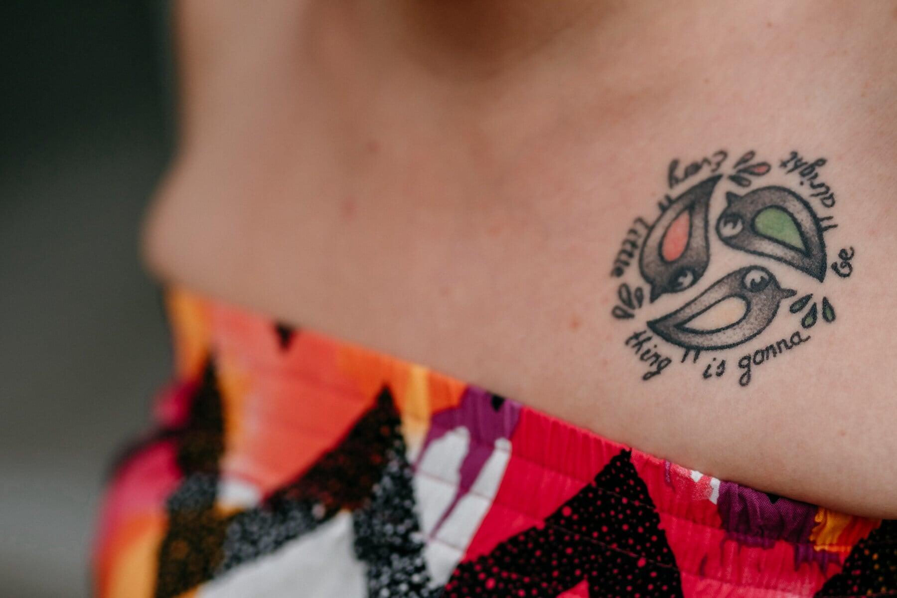 feminine, Tätowierung, Symbol, Design, Haut, Vögel, drei, Miniatur, Frau, Mädchen