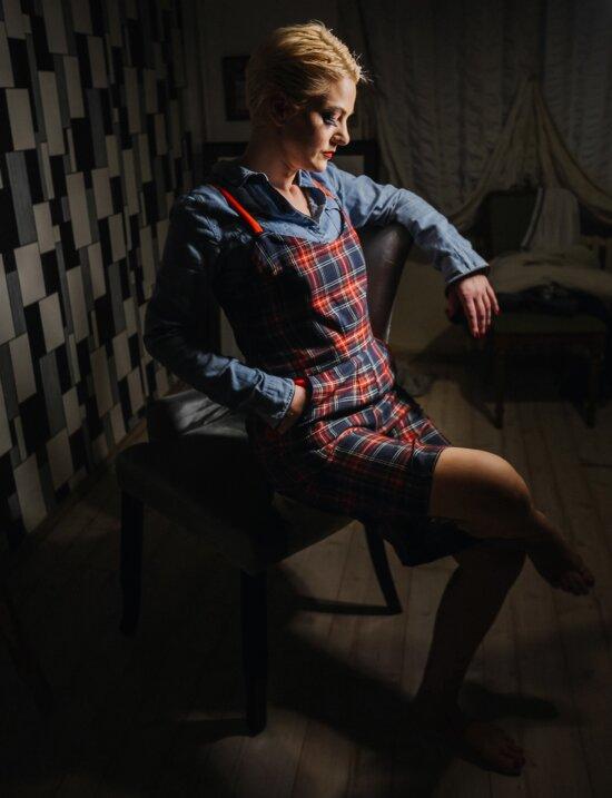 ポーズ, 若い女性, 座っています。, 魅力的です, フォト スタジオ, 衣服, 裸足, 足, 縦方向, 女の子