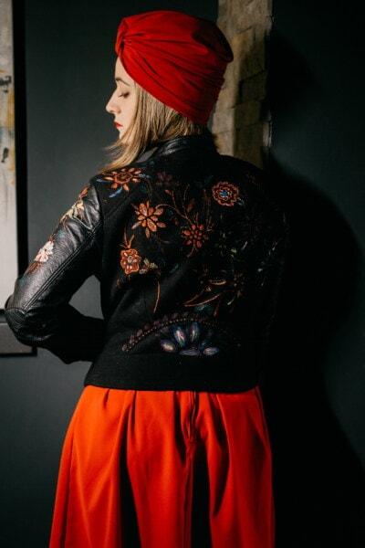cabello rubio, maravilloso, chica, moda, moda, negro, cuero, chaqueta, estilo libre, rojo