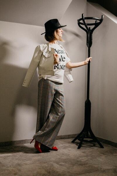 klobouk, černá, móda, trendy, žena, ozdobný, oblečení, pózuje, stojící, kalhoty