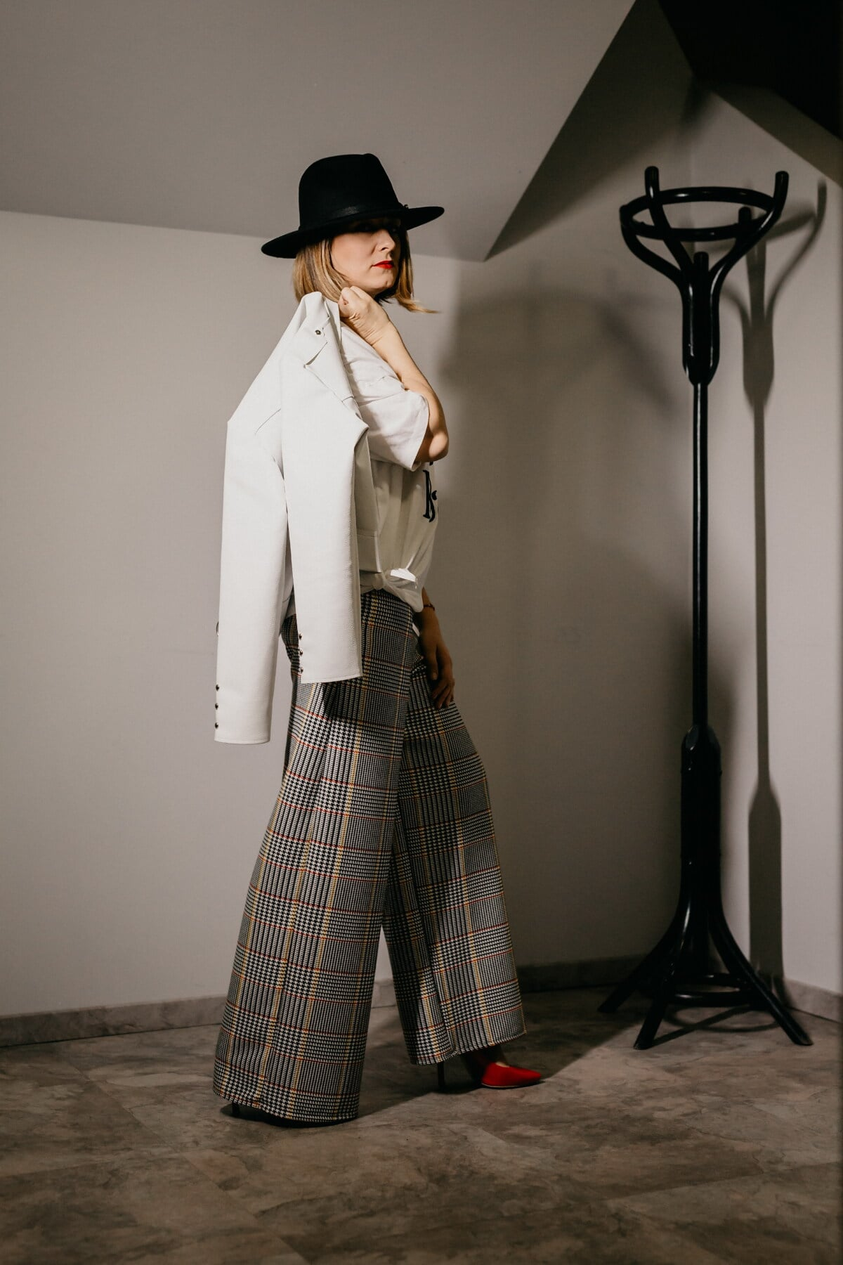 businesswoman, outfit, hat, black, white, coat, fashion, garment, model, girl
