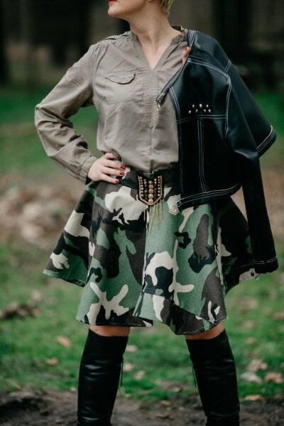 νεαρή γυναίκα, στρατού, στρατιωτική, στολή, Μόδα, φούστα, πουκάμισο, θέτοντας, δέρμα, μπότες