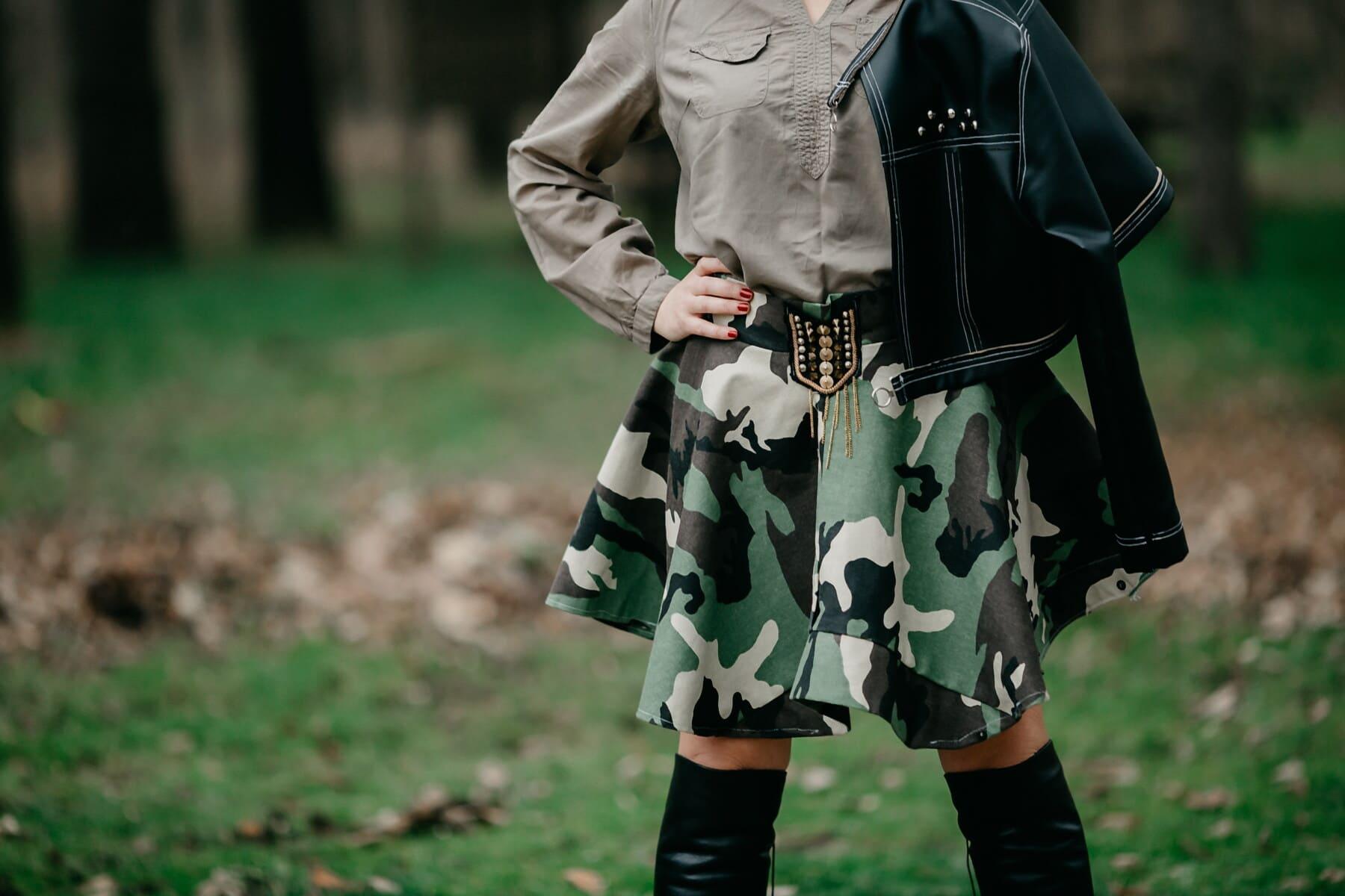 militaire, mode, jeune femme, veste, noir, bottes, en cuir, debout, posant, jeune fille