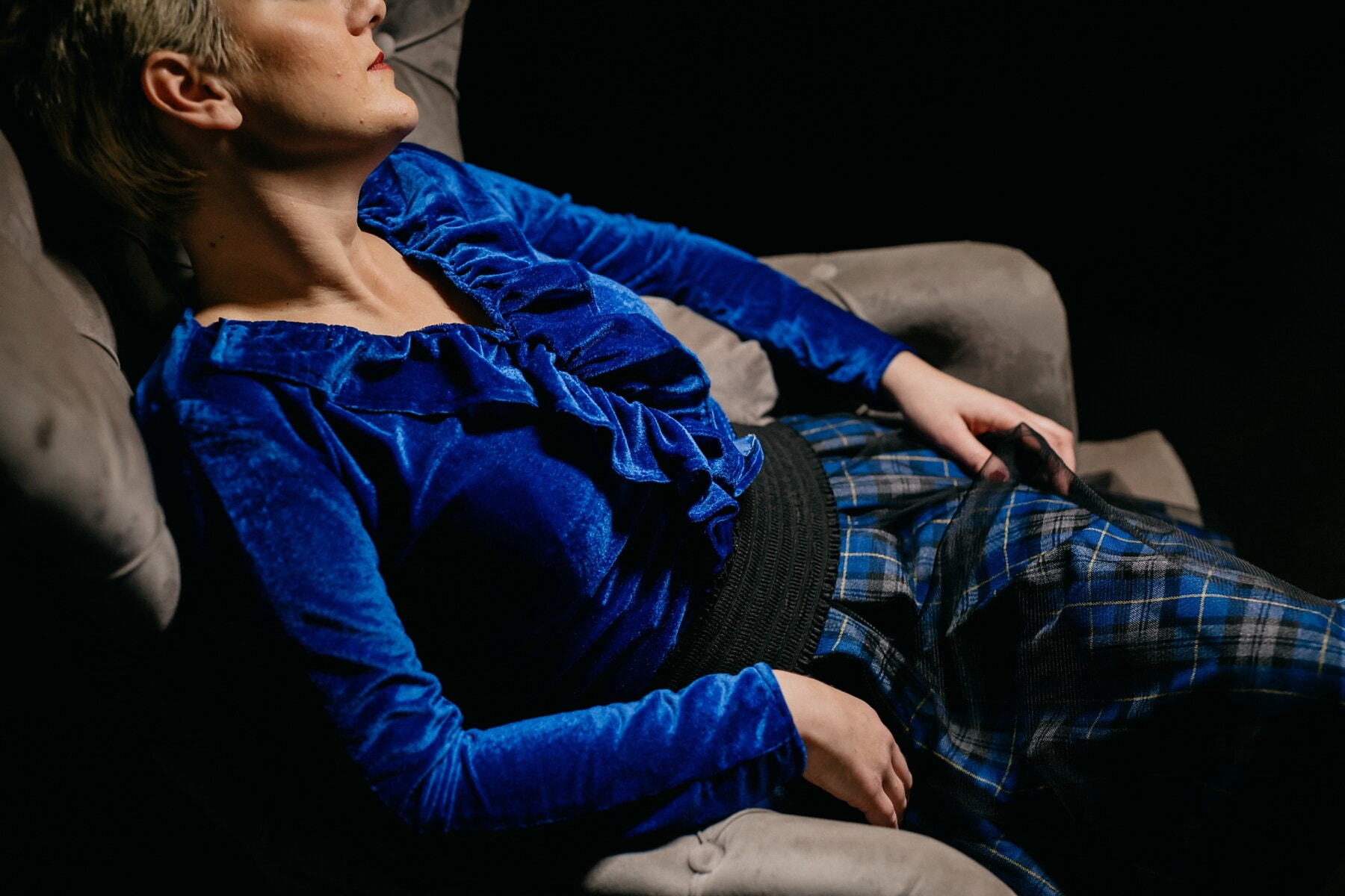 mladá žena, spící, vleže, křeslo, relaxace, spánek, lidé, portrét, světlo, žena