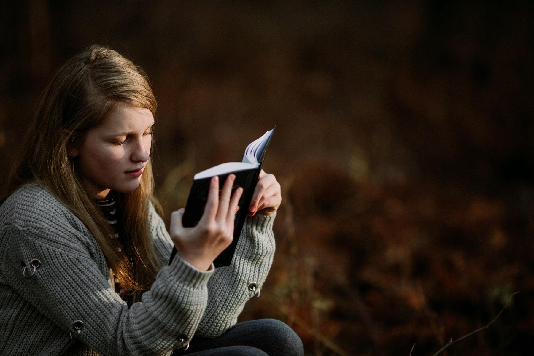 образование, студент, четене, книга, хубаво момиче, свободен живот, начин на живот, седи, тийнейджър, жена