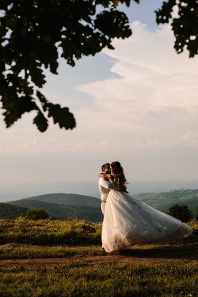 ny gift, bruden, brudgom, omfavnelse, bakketop, mäenrinne, pige, bryllup, solnedgang, engagement