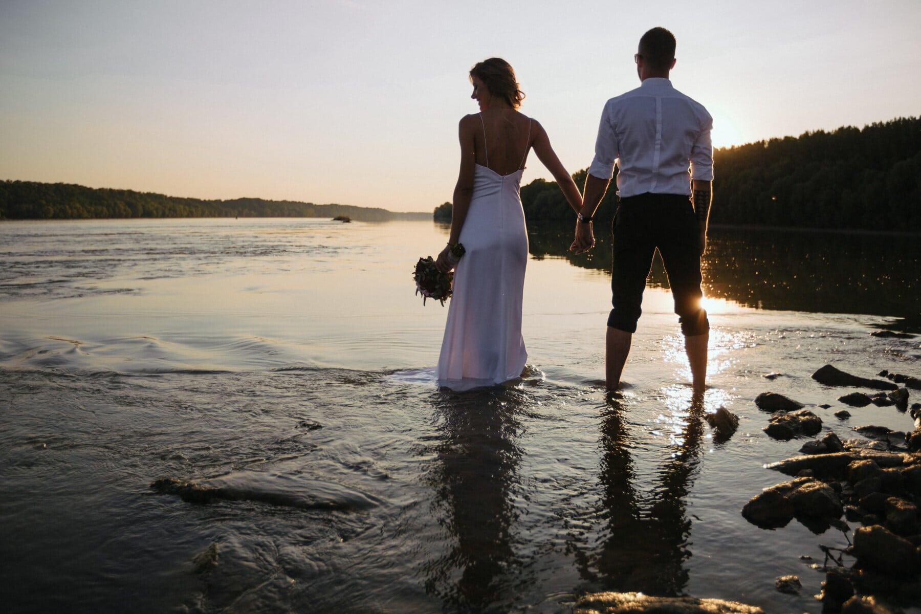 Ehefrau, Händchen halten, Mann, junge, frisch verheiratet, 'Nabend, Sonnenuntergang, Panorama, Flussufer, Liebe