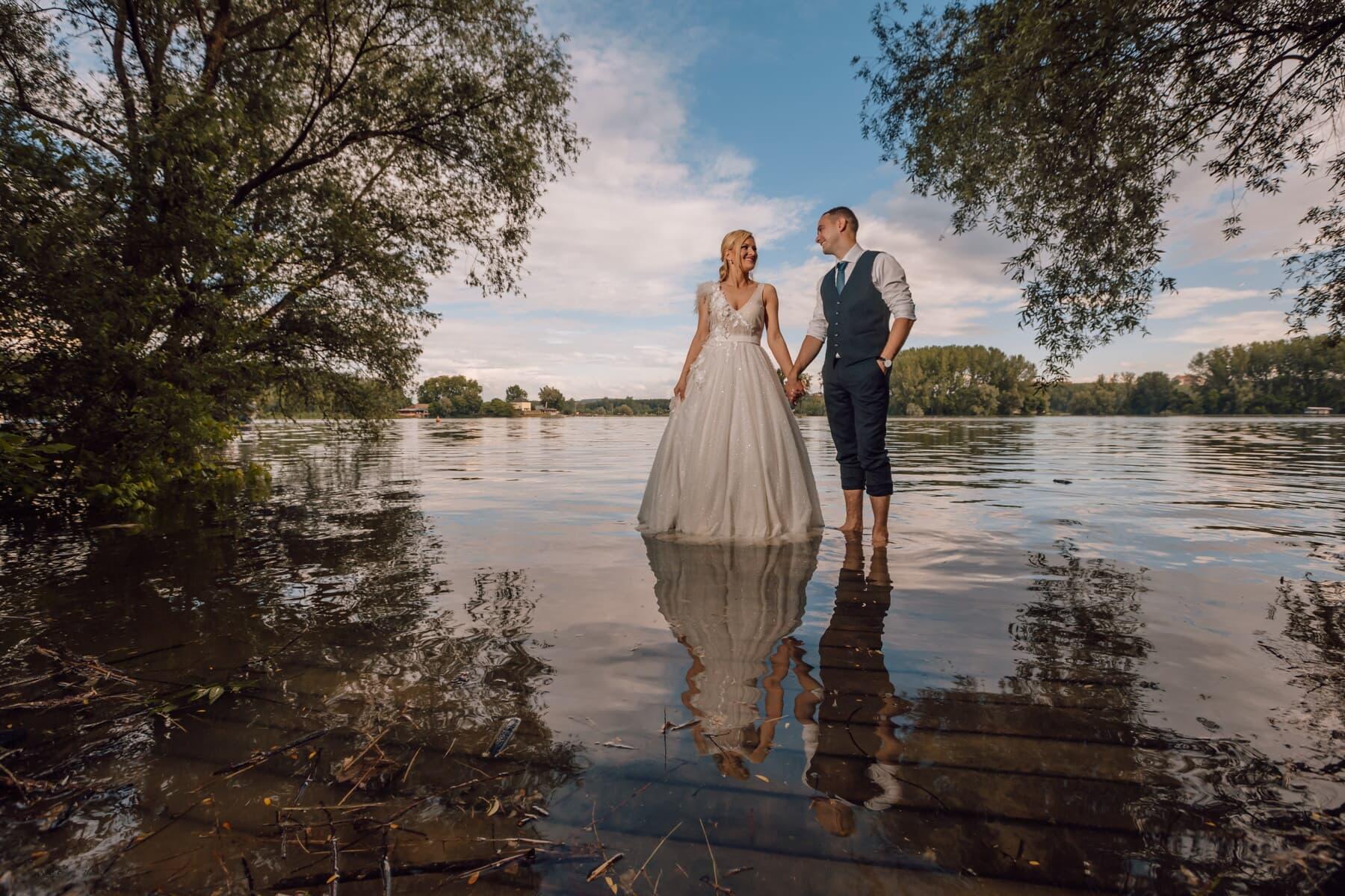 tout juste marié, debout, Lac, pieds nus, passion, date d'amour, affection, souriant, la mariée, jeune fille