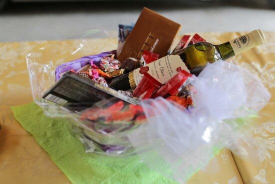 La Saint-Valentin, des chocolats, vin blanc, cadeaux, romantique, amour, paquet, conteneur, papier, luxe