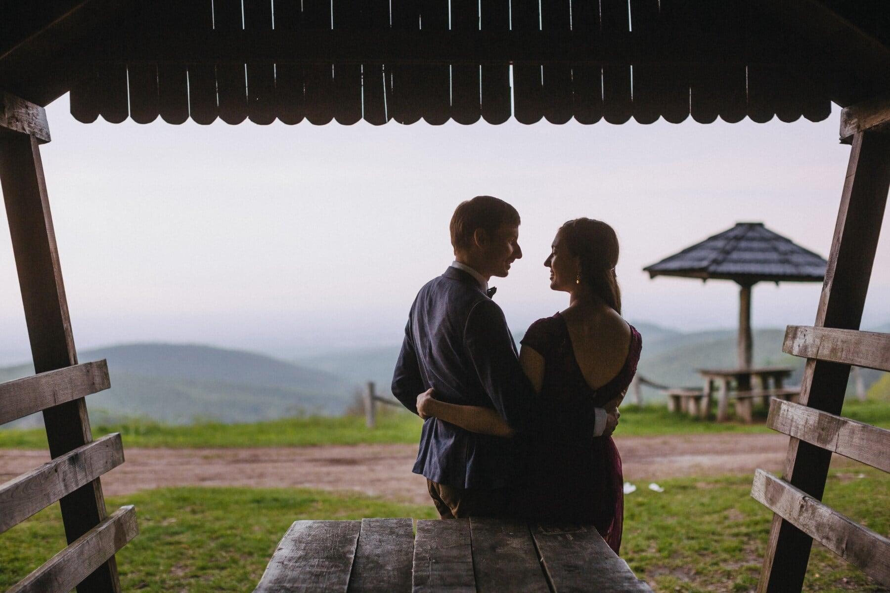Cottage, date d'amour, affection, petit ami, petite amie, étreindre, femme, jeune fille, personne, gens