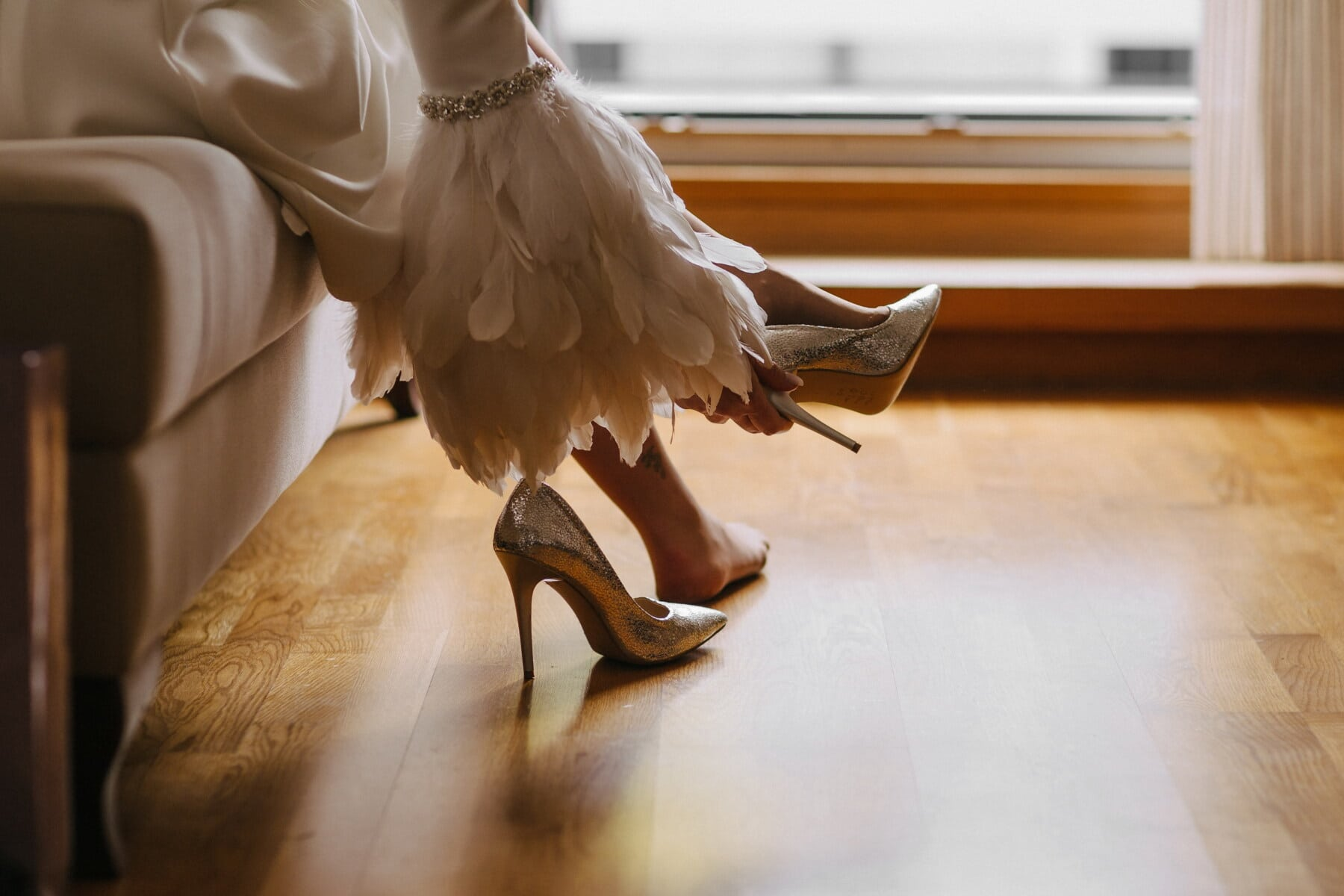 sandaalit, hohto, korkokengät, mekko, valkoinen, sulka, jalat, paljain jaloin, nainen, sisätiloissa