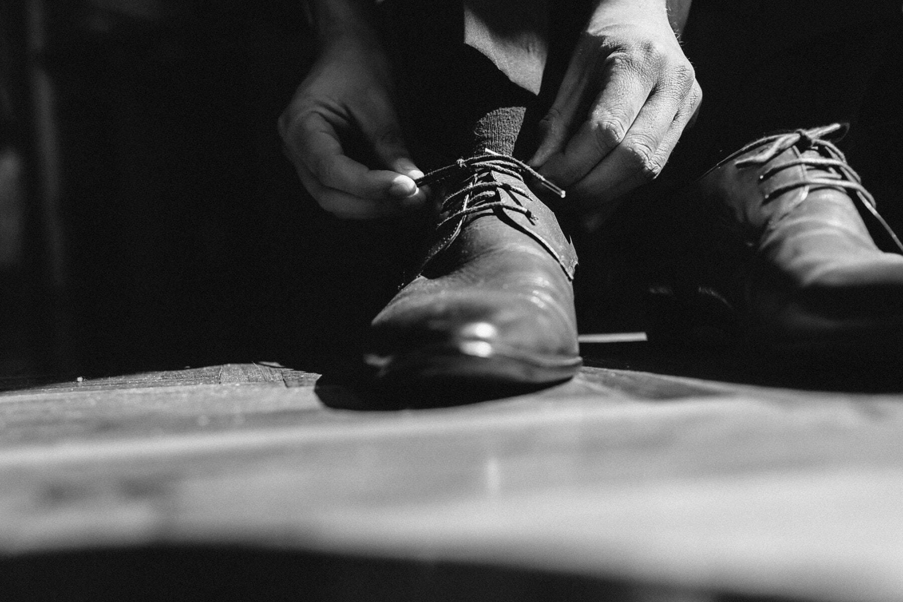 vieux, mains, sale, lacet, chaussures, homme, fermer, chaussettes, sombre, ombre
