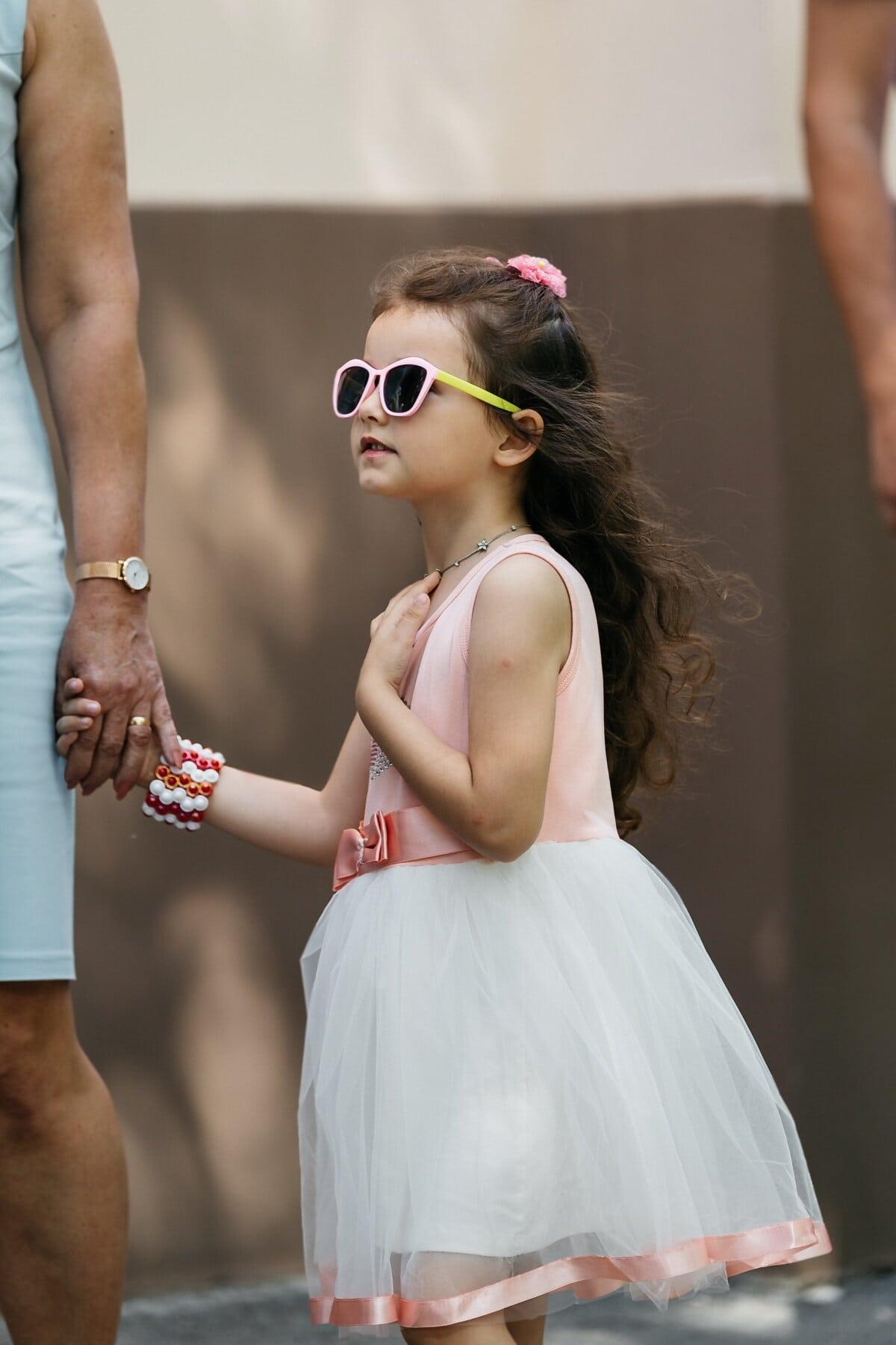 Mutter, Tochter, junge, Dame, Händchen halten, Kleid, Sonnenbrille, Rosa, Mode, untergeordnete