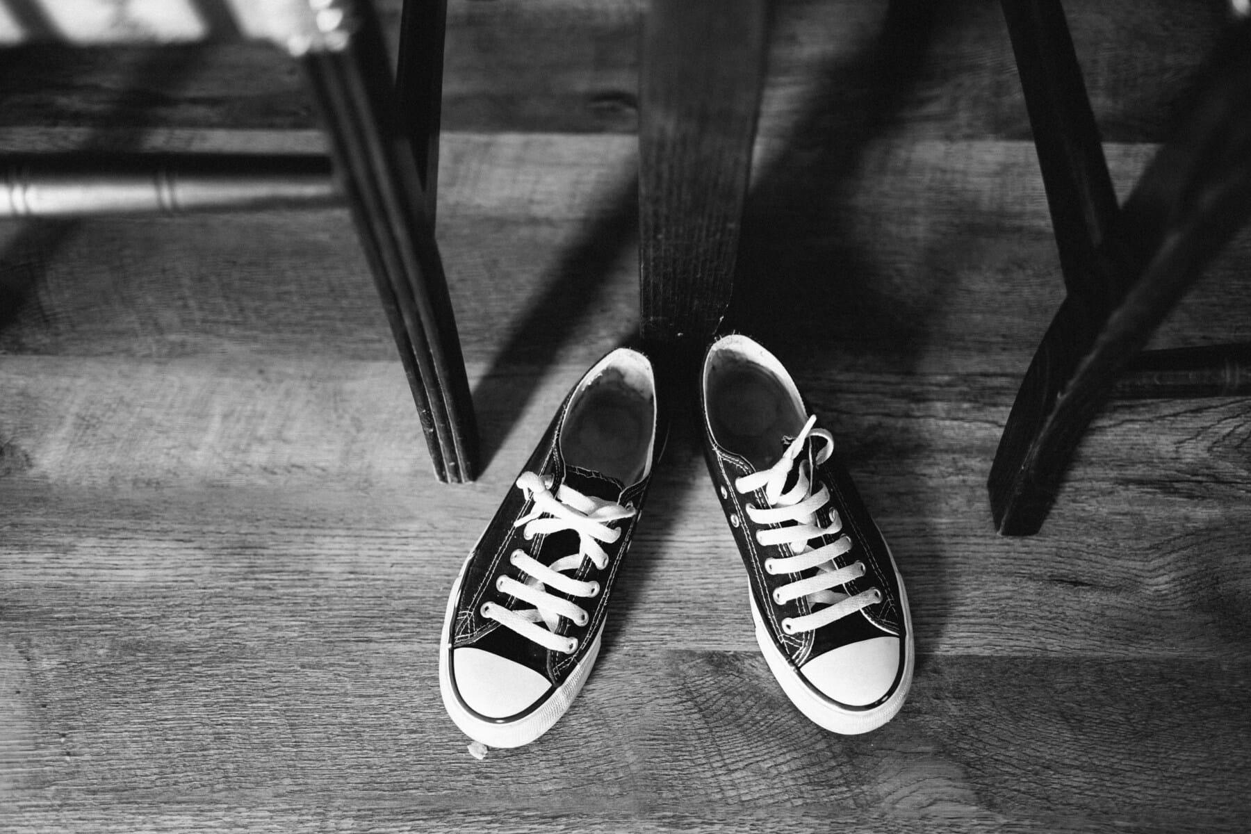 clásico, estilo antiguo, vendimia, antigua, zapatillas de deporte, caucho, blanco y negro, piso, parquet, monocromo