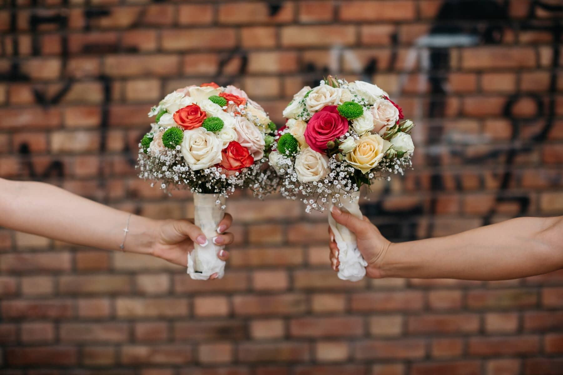 mains, bouquet de mariage, horizontal, briques, mur, arrière-plan, fleur, bouquet, amour, femme
