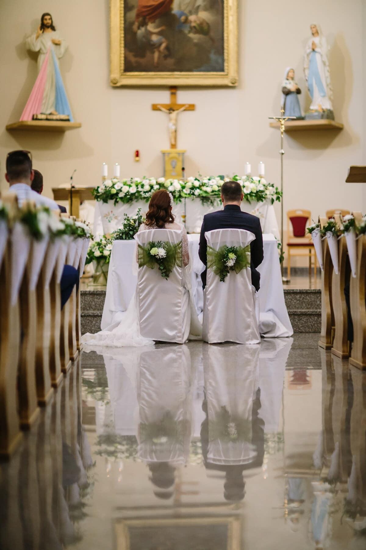 mariage, catholique, salle de mariage, église, jeune marié, la mariée, chaises, assis, robe, couple