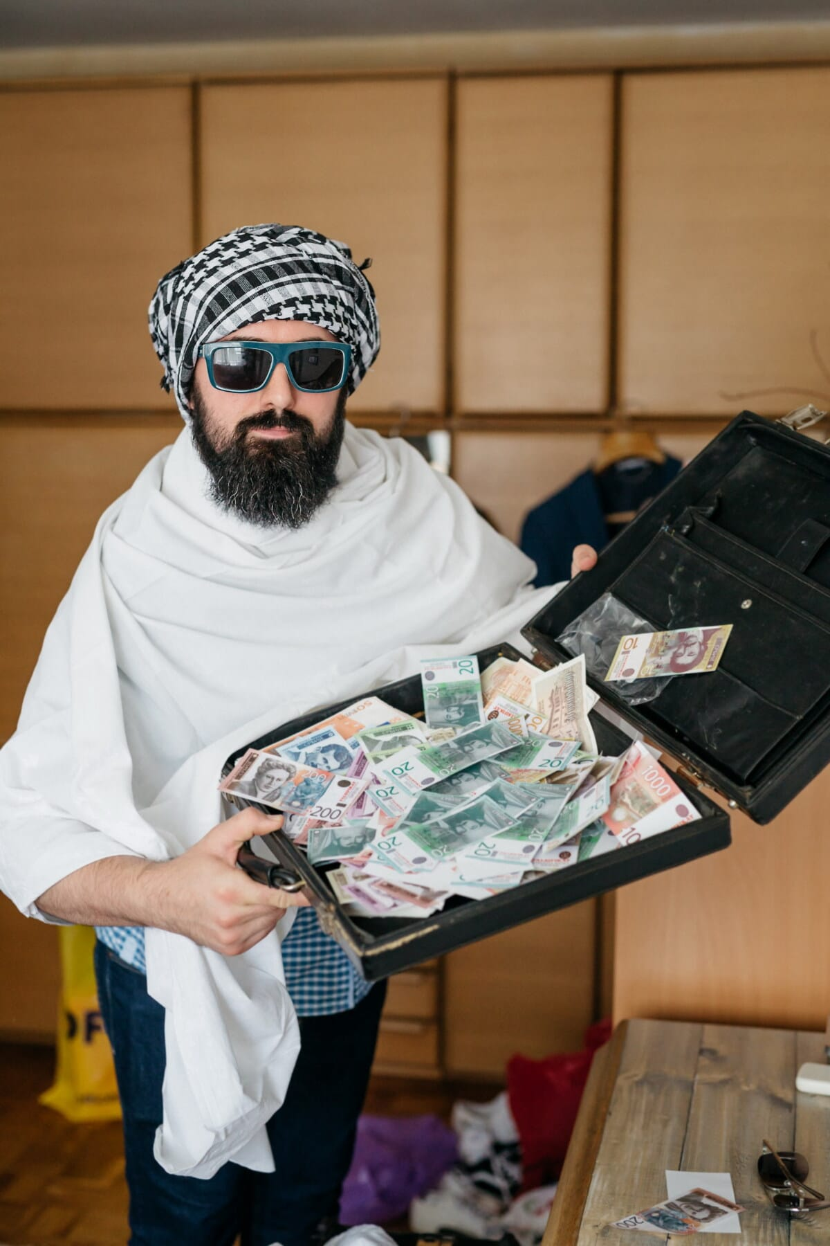 головной платок, бизнесмен, деньги, человек, люкс, люди, портрет, помещении, бизнес, номер
