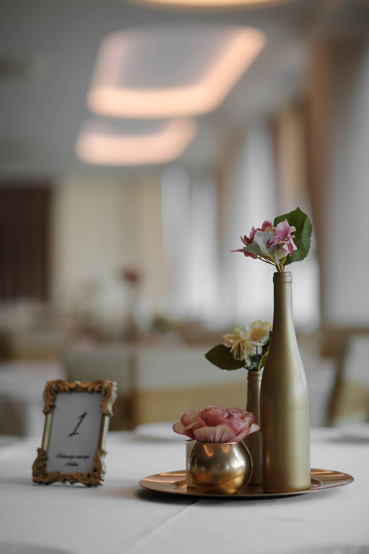 élégant, bouteille, éclat doré, vase, pot de fleurs, des roses, bol, à l'intérieur, Design d'intérieur, mariage