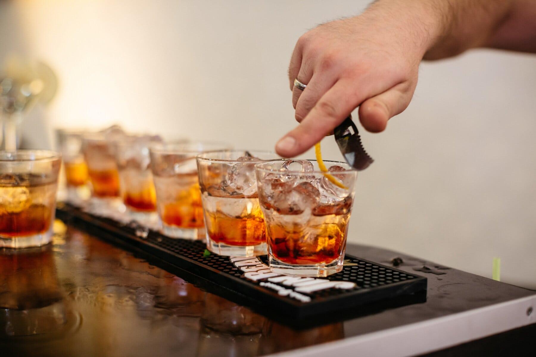 alkoholu, kryształ lodu, lód, wody lodowej, koktajle, barman, klub nocny, życie nocne, ręka, szkło