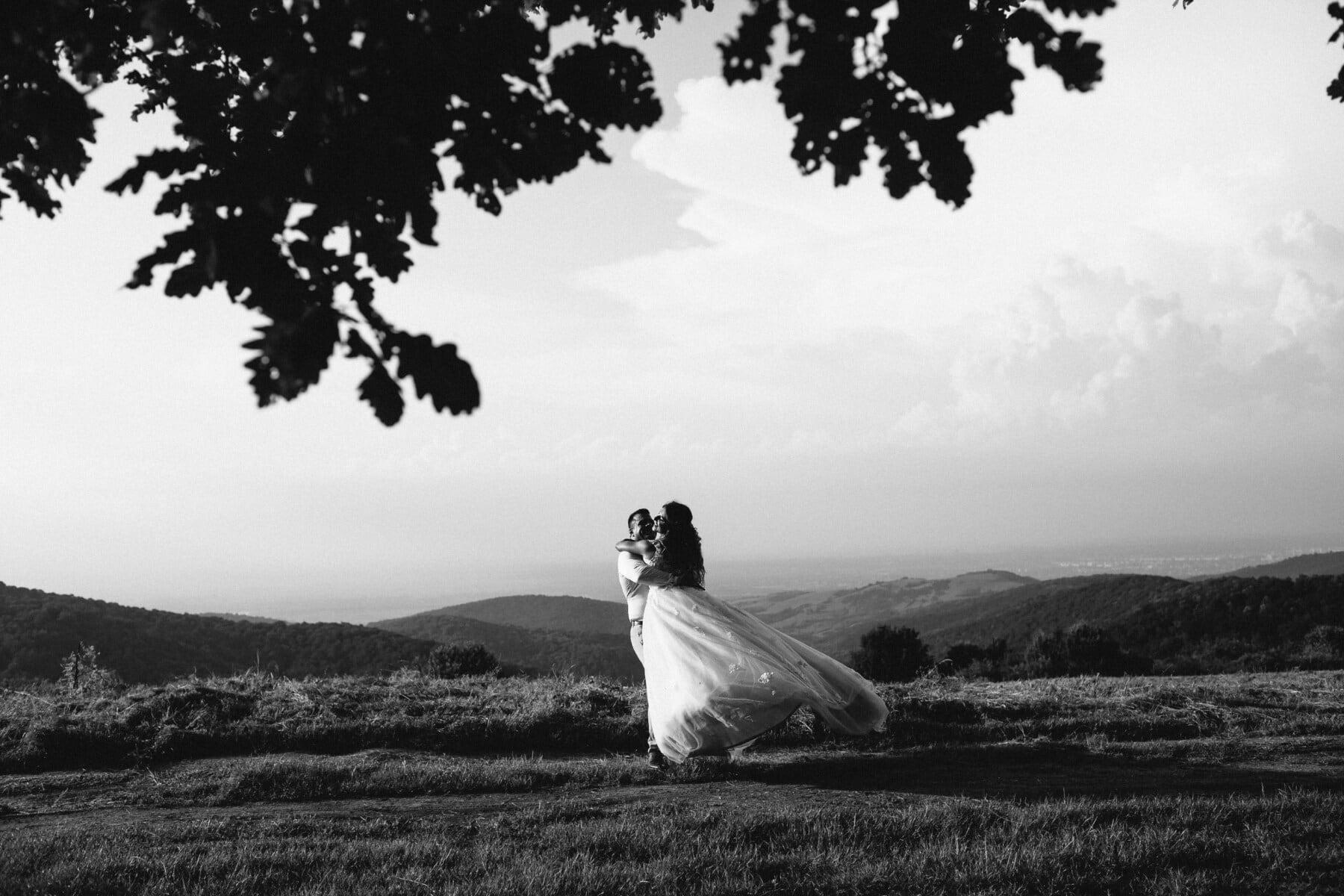 frisch verheiratet, Monochrom, Umarmung, Umarmung, Hügel, Bräutigam, Engagement, Liebe, Braut, Hochzeit